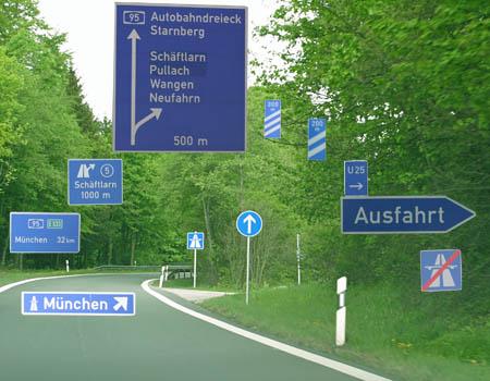 Blauer Schilderwald