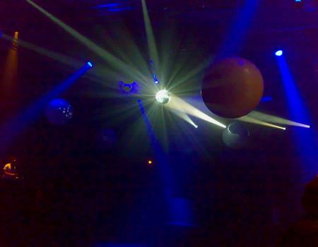 spacig beleuchtete Halle